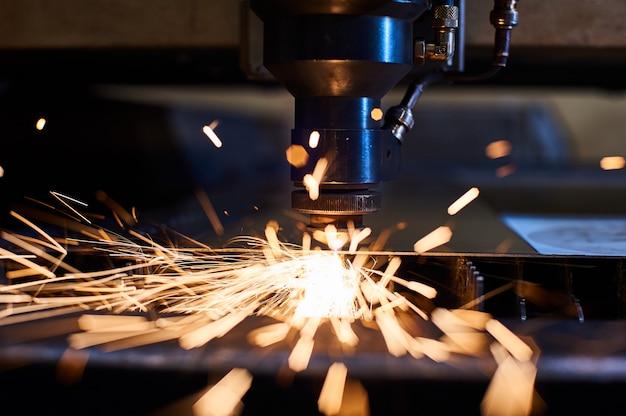 Cnc лазерная резка металла крупным планом, современные промышленные технологии.