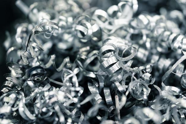 Cnc旋盤からのねじれたスパイラル鋼、スクラップ金属材料、産業廃棄物をクローズアップ
