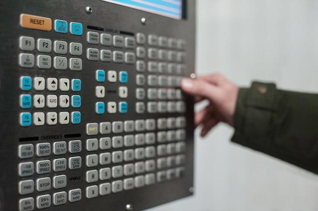 マシンコントロールパネルcnc。金属加工フライス盤。切削金属の現代加工