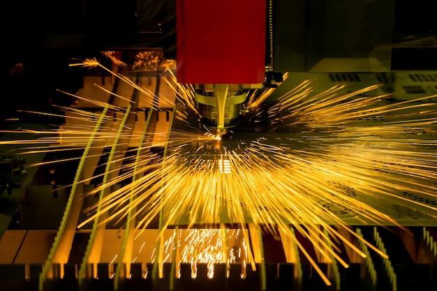 高精度cncレーザー切断金属板工場で。