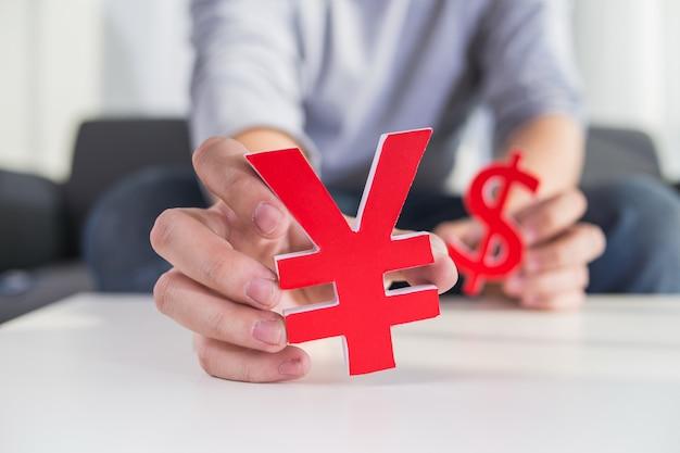 Бизнесмен, проведение знак доллара и знак cny