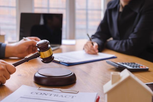Соинвестирование бизнеса и адвокат или команда судей, подписывающая договорное соглашение, концепции права, консультации, юридические услуги.