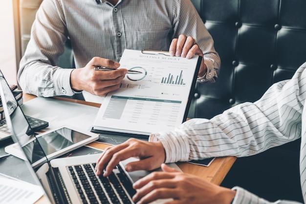 공동 작업 비즈니스 팀 컨설팅 회의 디지털 태블릿을 사용한 계획 전략 분석