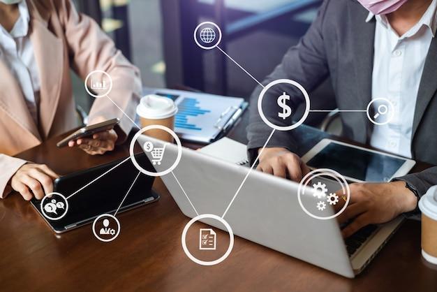 공동 작업 팀 회의 개념, 가상 인터페이스 아이콘 네트워크 다이어그램을 사용하여 사무실에서 스마트폰, 노트북 및 디지털 태블릿 컴퓨터를 사용한 비즈니스