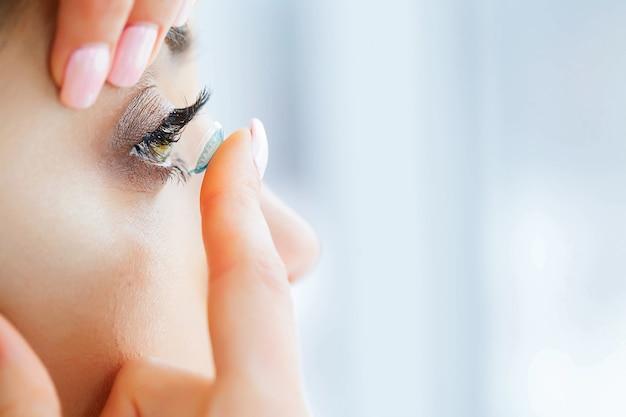 美容と健康。緑色の目で美しい少女がcoを保持します