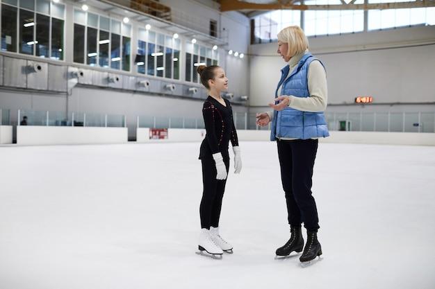 Тренер дает инструкции на практике