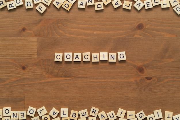 «тренировочный» текст слова, написанные деревянными буквами на деревянном офисном столе