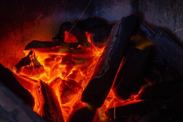石炭の残り火と火の炎