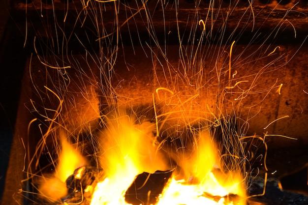 많은 불꽃을 가진 석탄 화재