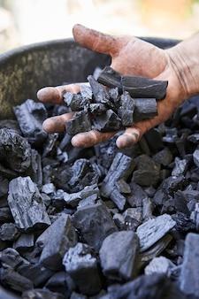 鉱山労働者の手の中の石炭