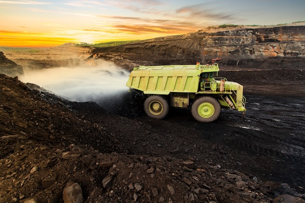 Добыча угля. грузовик, перевозящий уголь