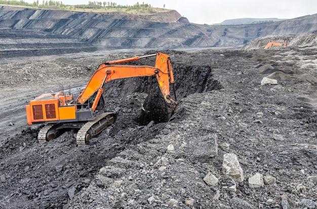 Добыча угля гидравлическим экскаватором. добыча угля из пласта открытым способом.