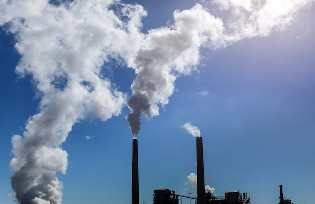 青い空白い雲の下の石炭火力発電所