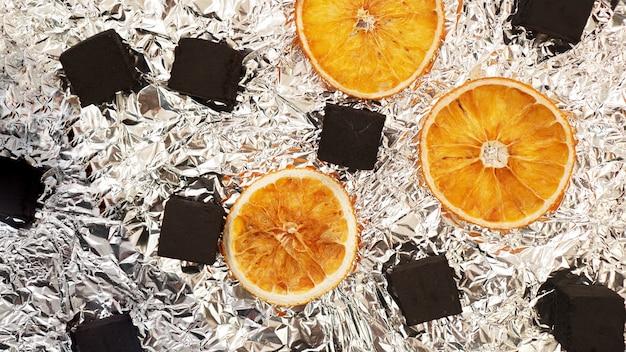 마른 오렌지와 함께 호일 배경에 물 담뱃대를 위한 석탄 - 상위 뷰