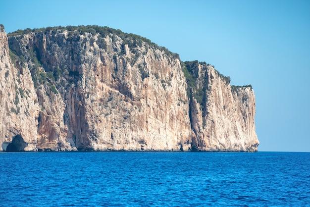 Побережье и синее средиземное море в сардинии, италия. вид с высоты птичьего полета