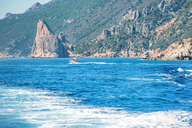 이탈리아 사르데냐의 해안과 푸른 지중해. 요트에서 보기