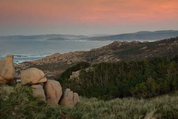 Costa della galizia durante il tramonto mozzafiato