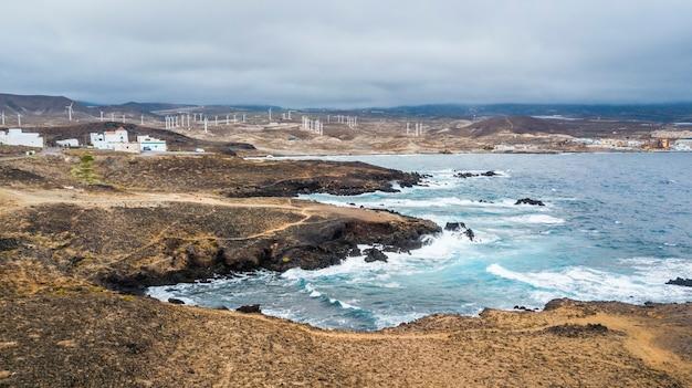 サーフィンや美しい景色に最適な海岸の海の波。強力な海洋電力と風力発電dは、クリーンエネルギー電力を生成します