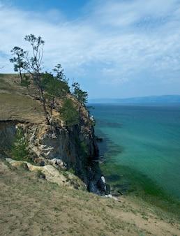 Побережье острова ольхон, озеро байкал, сибирь, россия