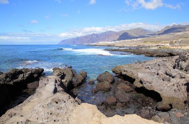Побережье острова тенерифе и горы лос-гигантес на заднем плане, канарские острова