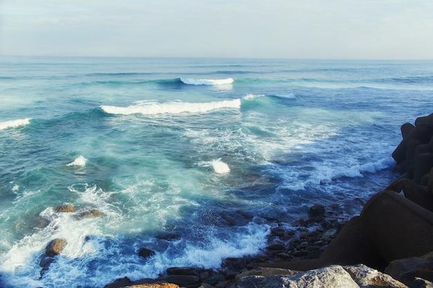 大西洋の海岸、海岸に打ち寄せる荒れ狂う波、波。モロッコのカサブランカ