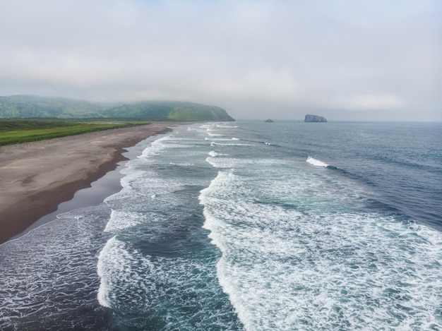 The coast of the pacific ocean on the kamchatka peninsula. khalaktyrsky beach, avachinskaya bay.