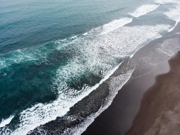 The coast of the pacific ocean on the kamchatka peninsula. khalaktyrsky beach, avachinskaya bay.
