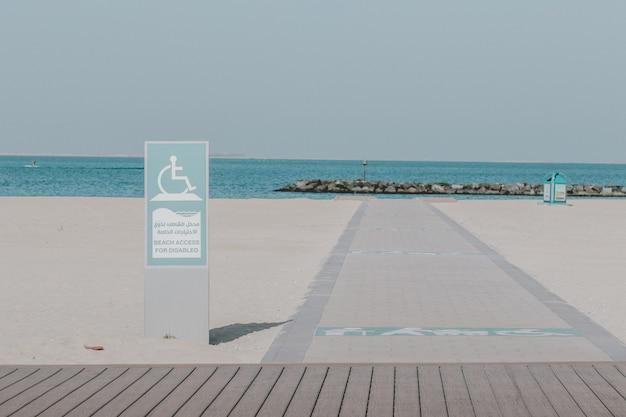 白い砂浜とblueseaのある海岸の夏の風景
