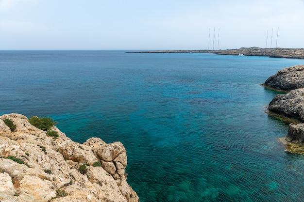地中海の紺coastの海岸に沿った透明な水