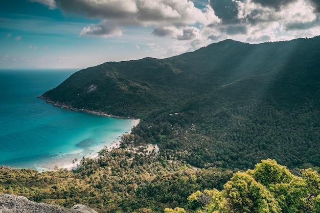 Прибрежный пляж бутылки на острове панган таиланд природа пейзаж приморский туризм место скалистый остров