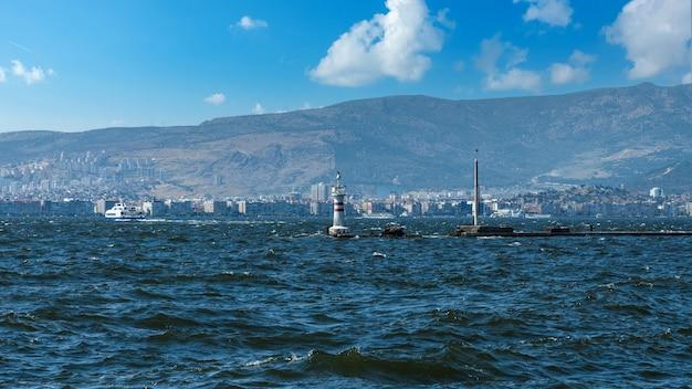 近代的な建物や船が並ぶ海岸沿いの街並み。トルコ、イズミル市の中心部、
