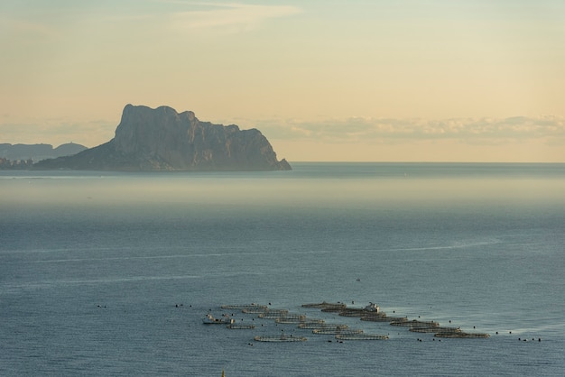 イファチの岩のある養魚場のある海岸の風景