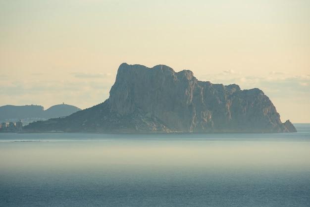 イファチの岩のある海岸の風景