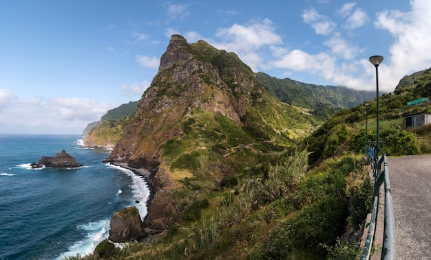 沿岸の山の風景