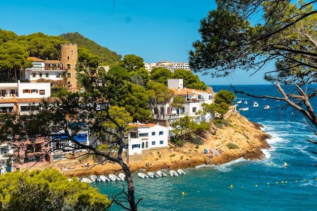 Прибрежный муниципалитет са туна на побережье бегура летом, жирона на побережье коста брава в каталонии в средиземном море.