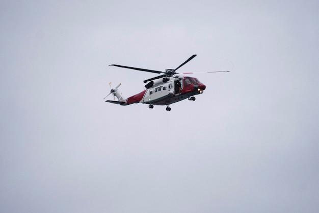 Вертолет береговой охраны пролетел над морем в шотландии
