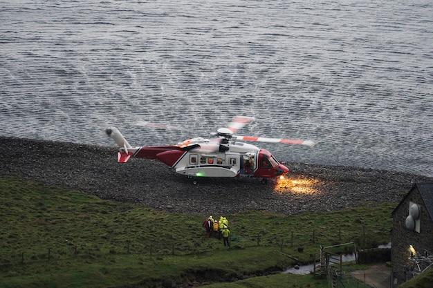 스코틀랜드 섬에 상륙하는 해안경비대 헬리콥터