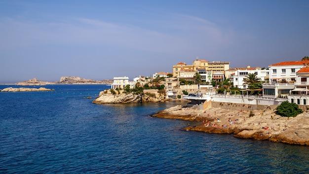 マルセイユの岩の多い海岸地中海の海岸線は南フランスの夏休みを収容します