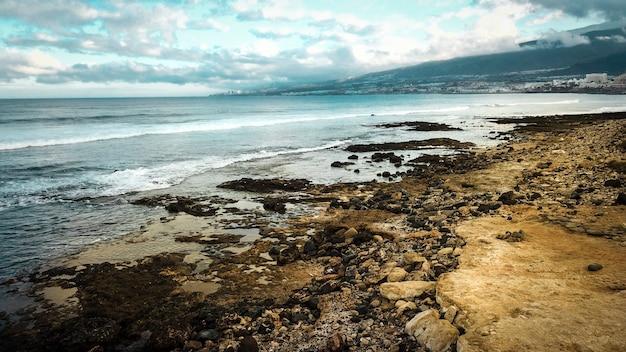 岩と海のある海岸線の風景。旅行先のコンセプトと山々の美しい色d。休暇や休暇のためのテネリフェ島の美しい場所