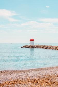 フランスのリビエラの海岸線マリーナ海の石と灯台