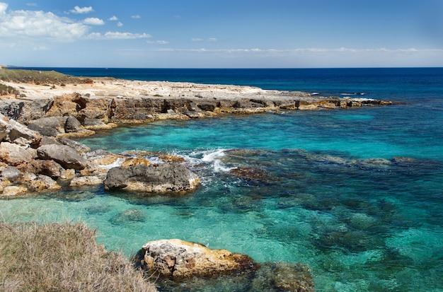 南イタリア、プーリア、サレント半島、オトラント近郊の海岸線