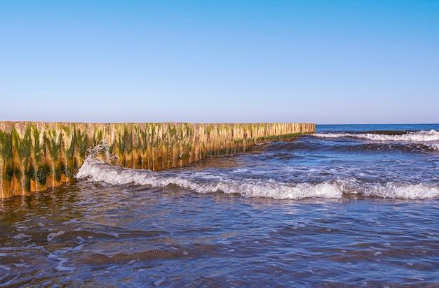 발트 해의 해안선. 바람이 부는 날 동안 발트 해.