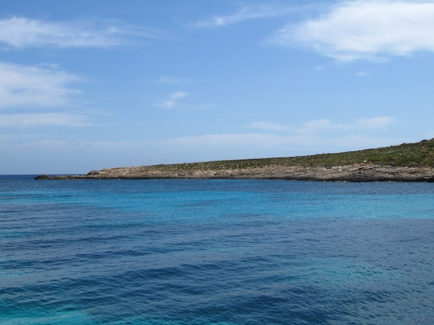 푸른 하늘 아래 코 미노, 몰타의 해안선
