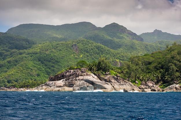 Береговая линия острова маэ, сейшельские острова