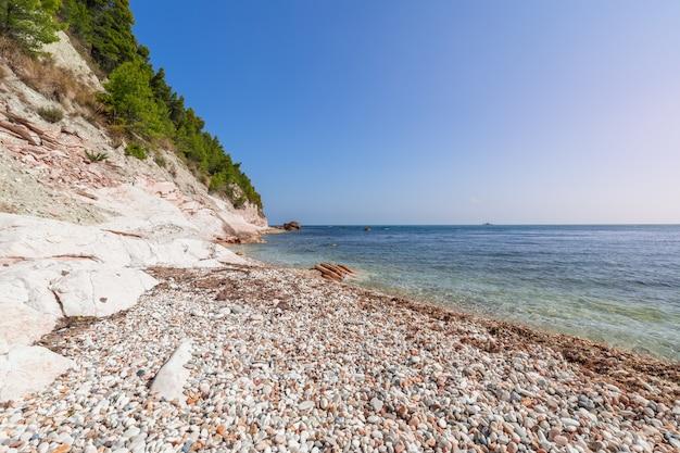 Береговая линия пляжа сасси нери на ривьере дель конеро. сироло, италия