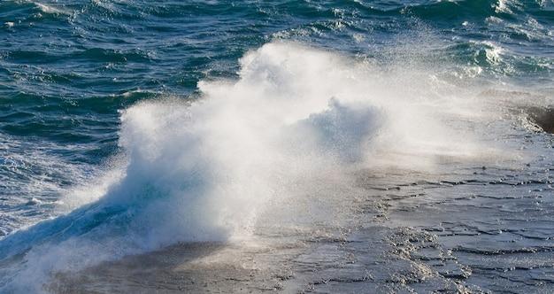 Береговая линия полуострова вальдес волны разбиваются о скалы