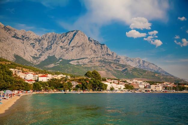 クロアチア、バスカヴォーダリゾートのビーチの海岸線の眺め