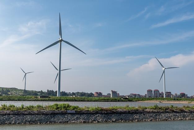 青空の下の海岸線風力タービン