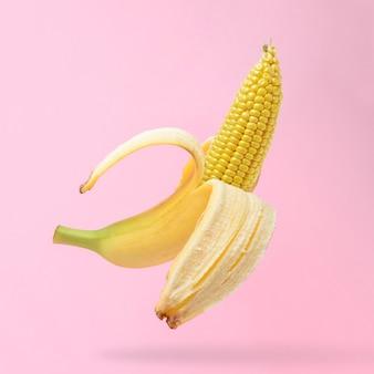 バナナの皮にとうもろこしの穂軸