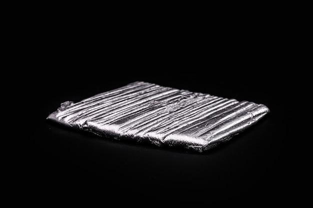 철 및 니켈과 관련된 금속 화학 원소인 코발트 광석. 산업에서 사용됩니다. 합금이라는 물질을 생성합니다.